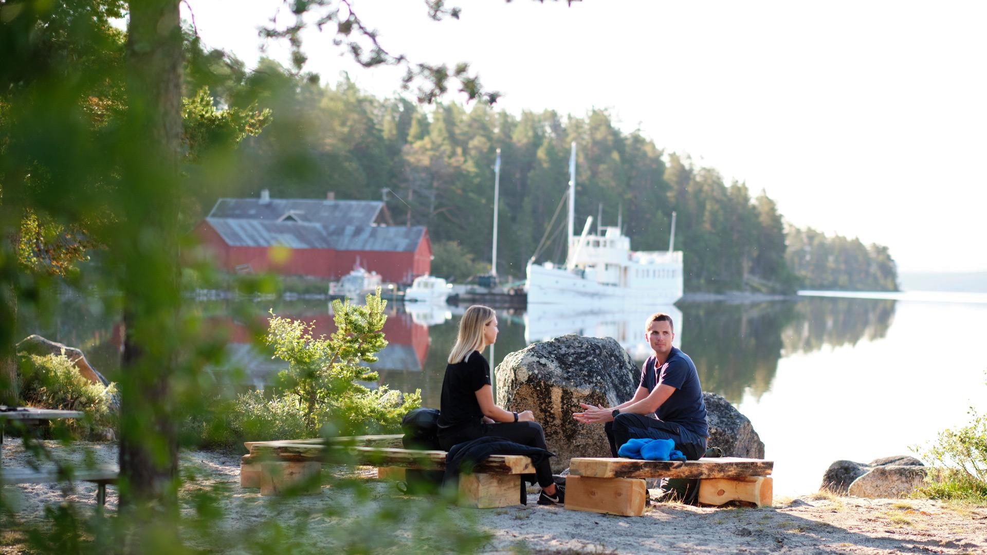 Personer ved innsjø.