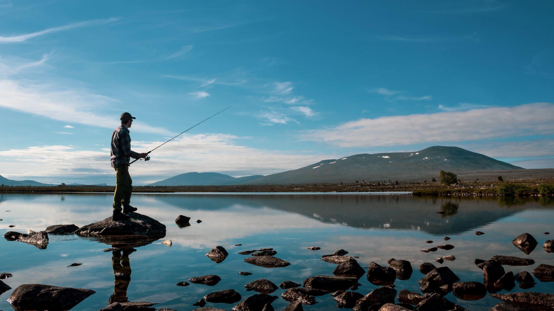 Fiske ved Røvoltjønnan. Foto: Rune Hov